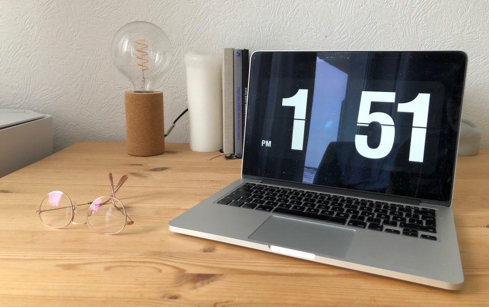Home Office mit Schreibtisch und Laptop