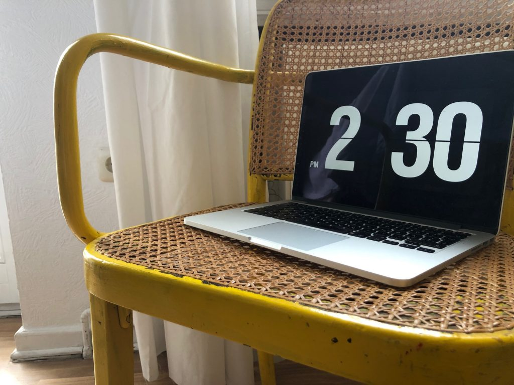 Laptop auf gelbem Stuhl