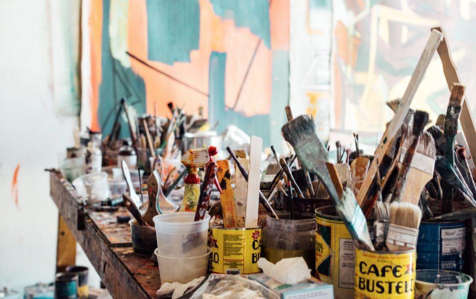 Malutensilien in einem Atelier